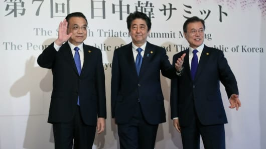 China's Premier Li Keqiang (L), Japan's Prime Minister Shinzo Abe (C) and South Korea's President Moon Jae-in (R) pose for photos prior to the start of their trilateral summit in Tokyo on May 9, 2018.