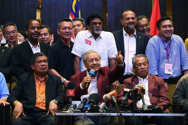 Former Malaysian prime minister Mahathir Mohamad (C) answers a question during a press conference in Kuala Lumpur on May 10, 2018.
