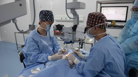 Chinese surgeon Xiaoping Ren, a pioneer in research into head transplant procedures, and his team have performed a handful of animal studies on mice, rats and a dog, all of whom survived a spinal cord separation surgery and even regained some motor function. They died two weeks later of intestinal issues.