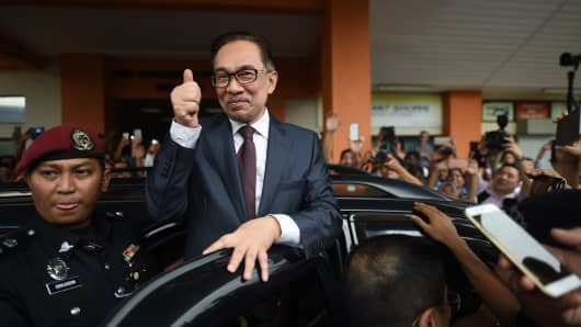 Opposition leader Anwar Ibrahim greets supporters after his release from the Cheras Hospital Rehabilitation in Kuala Lumpur on May 16, 2018.