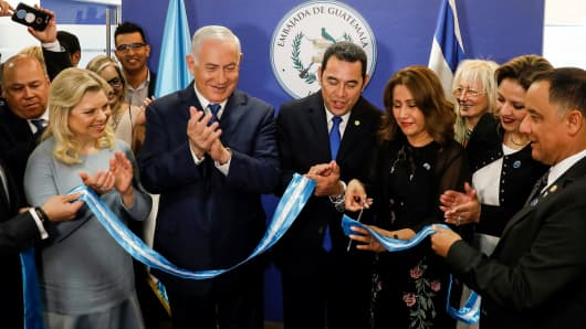 (L to R) Sara Netanyahu and her husband Israeli Prime Minister Benjamin applaud as Guatemalan President Jimmy Morales and his wife Hilda Patricia Marroquin cut the ribbon during the inauguration ceremony of the Guatemalan embassy in Jerusalem on May 16, 2018.
