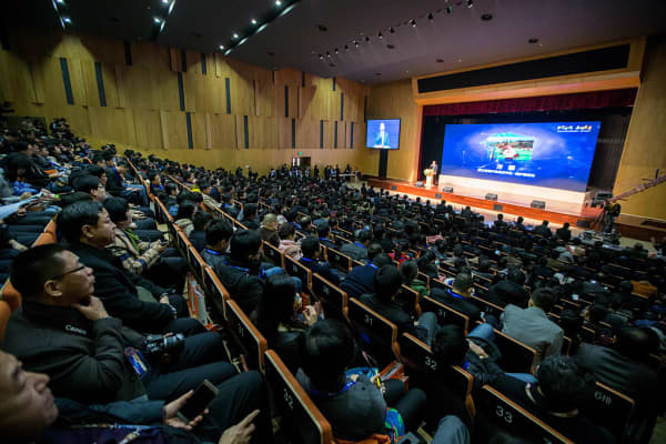 Nearly 500 heads from different counties across China attend the first anniversary of Taobao University's Electronic Commerce Class for county heads
