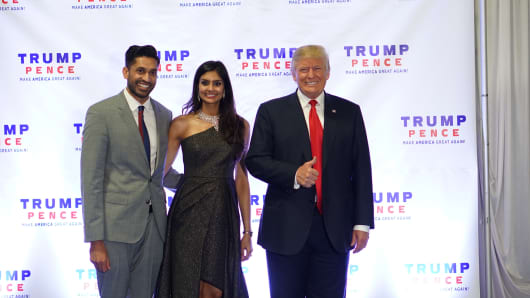 Vikram Kumar of AVG America Investments (l.) poses with his wife Pooja Chitgopekar and U.S. President Donald Trump.