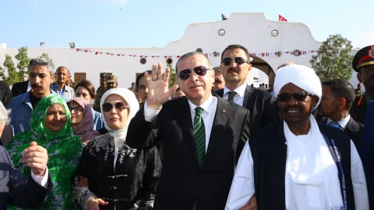Turkish President Recep Tayyip Erdogan (C) and Sudanese President Omar Al-Bashir (R) visit in Port Sudan on December 25, 2017.