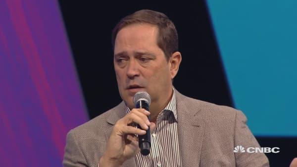 Cisco CEO: Tech industry should work more with regulators