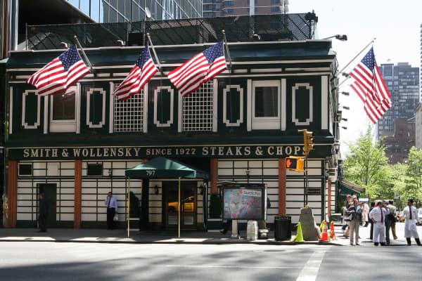 Smith & Wollensky steakhouse is photographed on Wednesday, May 9, 2007, in New York. Billionaire Warren Buffett sat down over steaks today with an investor who paid $620,100 for the privilege.