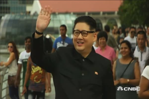 Kim Jong Un impersonator posing for selfies in Singapore