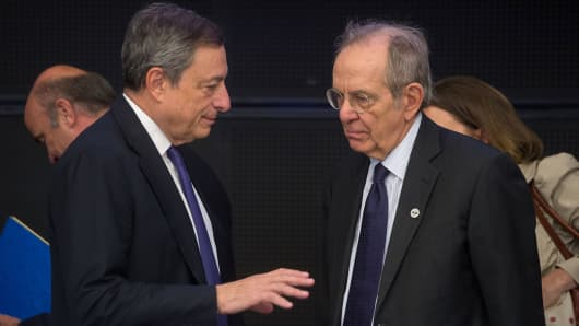 Italy's Finance Minister Pietro Carlo Padoan (R) and President of the European Central Bank Mario Draghi.