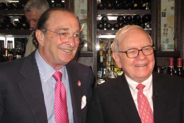 Smith & Wollensky steakhouse founder Alan Stillman with Warren Buffett.