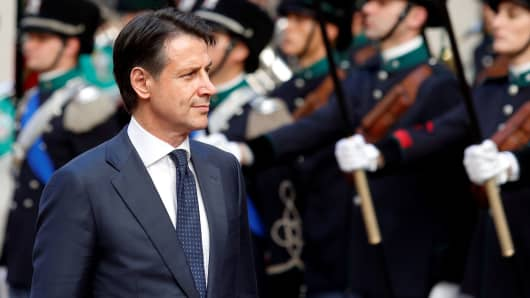 Italy's Prime Minister Giuseppe Conte reviews the guard of honour at Chigi palace in Rome, Italy, June 1, 2018.