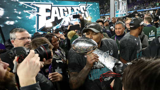 Philadelphia Eagles players kiss the Lombardi Trophy after defeating the New England Patriots in Super Bowl LII at U.S. Bank Stadium on February 4, 2018 in Minneapolis, Minnesota.