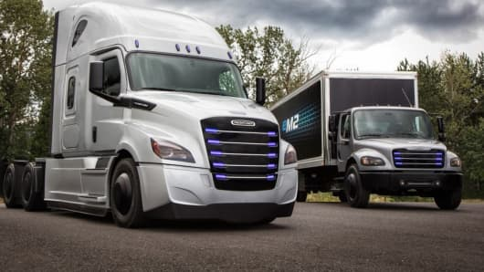 Daimler S New Electric Trucks The Freightliner Ecascadia L And Em2 R