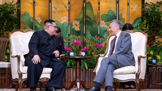 North Korean leader Kim Jong-un (L) meets Singapore's Prime Minister Lee Hsien Loong (R) on June 10, 2018 in Singapore.