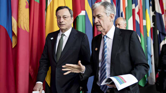 Jerome Powell, chairman of the U.S. Federal Reserve, right, walks with Mario Draghi, president of the European Central Bank (ECB), during the spring meetings of the International Monetary Fund (IMF) and World Bank in Washington, D.C., U.S., on Friday, April 20, 2018.