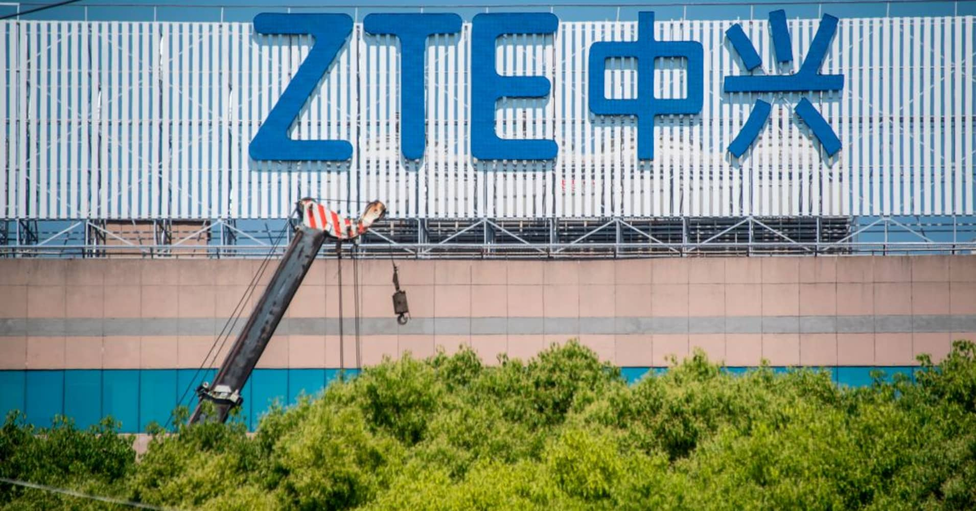 US lawmakers target ZTE with sanctions bill