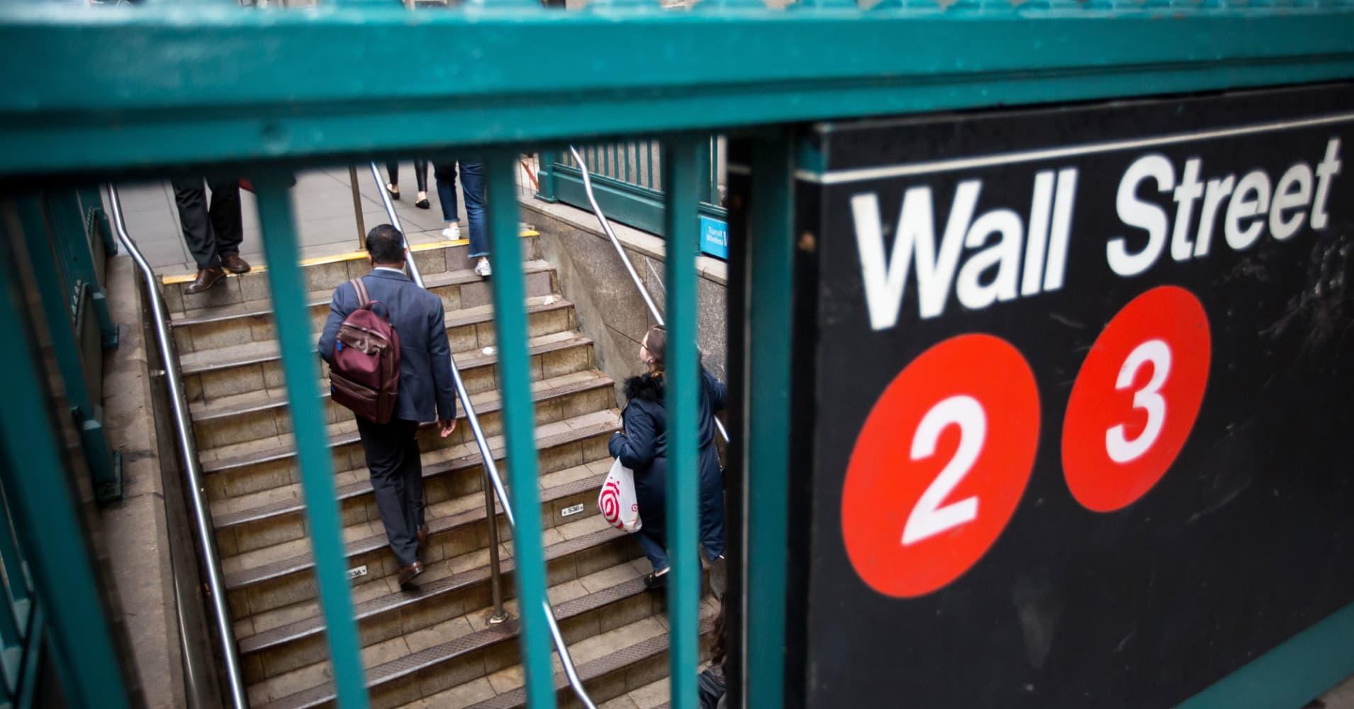 Wall Street bonuses reportedly being targeted again by bank regulators