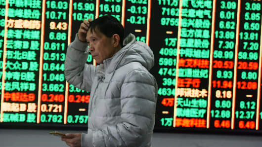 HANGZHOU, CHINA - FEBRUARY 09:  An investor watches the electronic board at a stock exchange hall on February 9, 2018 in Hangzhou, China. Chinese shares plunged on Friday with the benchmark Shanghai Composite Index down 132.20 points, or 4.05 percent, to close at 3,129.85. The Shenzhen Component Index fell 371.36 points, or 3.58 percent, to close at 10,001.23.  (Photo by VCG/VCG via Getty Images)