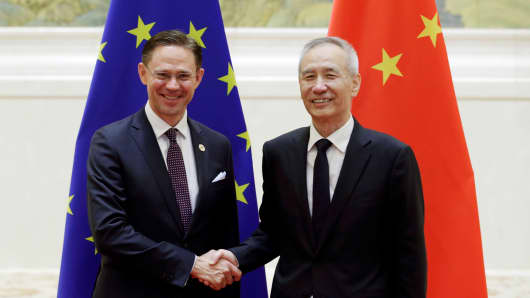 European Commission Vice-President Jyrki Katainen (L) shakes hands with Chinese Vice Premier Liu He before their meeting during the EU-China High-level Economic Dialogue at the Diaoyutai State Guesthouse in Beijing on June 25, 2018.