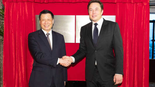 Shanghai Mayor Ying Yong and Tesla Chairman and CEO Elon Musk pose in from of a plaque for the Tesla (Shanghai) Ltd. Electric Vehicle Development and Innovation Center.