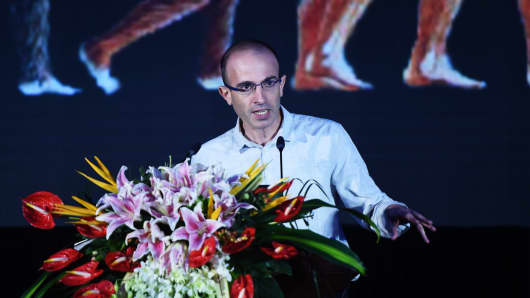 Israeli historian and writer Yuval Noah Harari lectures on artificial intelligence during the Global Artificial Intelligence Summit Forum on July 9, 2017 in Hangzhou, Zhejiang Province of China.