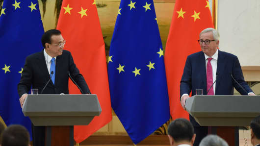 Chinese Premier Li Keqiang (L) looks at President of the European Commission Jean-Claude Juncker during a joint press conference at the Great Hall of the People in Beijing on July 16, 2018.