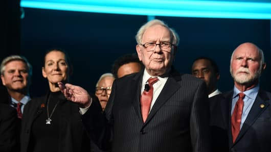 Philanthropist Warren Buffett (C) is joined onstage by 24 other philanthropist and influential business people featured on the Forbes list of 100 Greatest Business Minds in New York City in 2017.