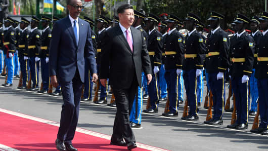 Chinese President Xi Jinping (C), accompanied by Rwandan President Paul Kagame (L), arrives at the Urugwiru State house in Kigali, Rwanda, on July 23, 2018.