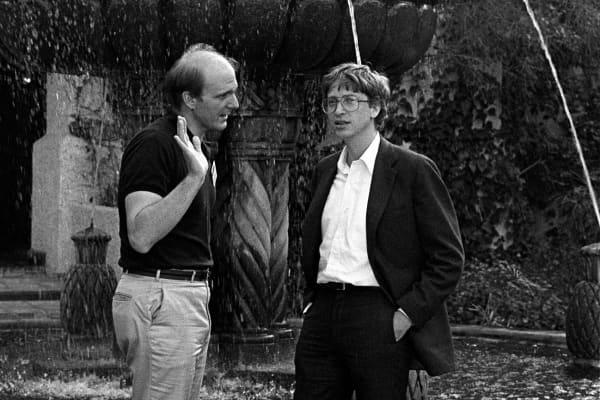 Steve Ballmer (izquierda) y Bill Gates, ambos de Microsoft, hablan junto a una fuente en el foro anual de PC, Phoenix, Arizona, del 16 al 19 de febrero de 1986.