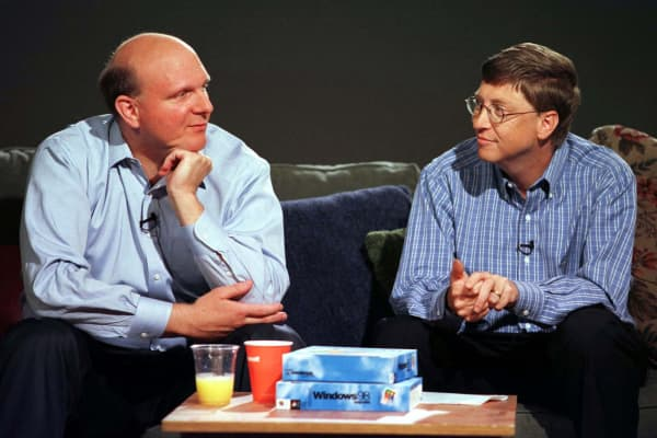 Bill Gates, (R) habla con Steven Ballmer, quien fue nombrado presidente de Microsoft el 21 de julio de 1998 en Redmond, Washington.  Ballmer anteriormente fue el vicepresidente ejecutivo de ventas y soporte de Microsoft.  La promoción de Ballmer es parte del plan de Gate para ampliar el liderazgo de Microsoft.