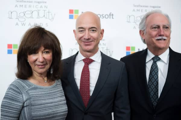 Amazon CEO Jeff Bezos poses on the red carpet with his parents Mike and Jackie for the Smithsonian Magazine's 2016 American Ingenuity Awards.