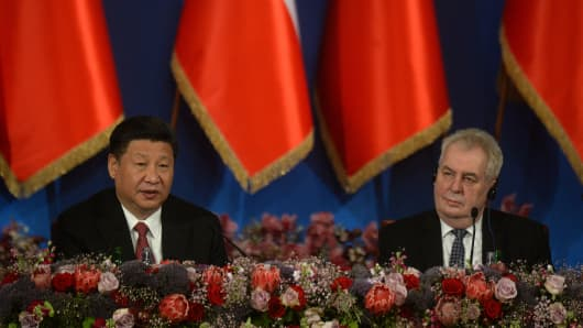 China's President  Xi Jinping (L) and Czech President Milos Zeman on March 30, 2016, in Prague.