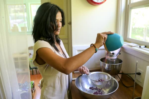 Tea Drops founder Sashee Chandran blending flavors of tea.