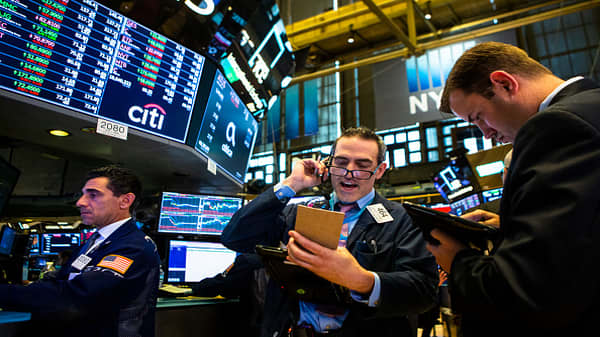 Dow, S&P 500 finish positive for sixth week in seven