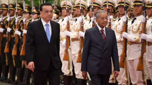 Malaysia's Prime Minister Mahathir Mohamad (R) and China's Premier Li Keqiang (L) inspect Chinese honour guards during a welcoming ceremony at the Great Hall of the People in Beijing on August 20, 2018