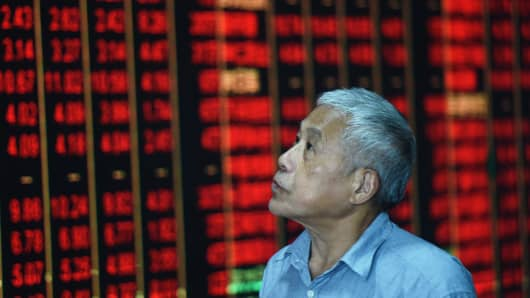 HANGZHOU, CHINA - AUGUST 07: An investor watches the electronic board at a stock exchange hall on August 7, 2018 in Hangzhou, Zhejiang Province of China. Chinese shares rebounded on Tuesday, with the benchmark Shanghai Composite Index rose 74.21 points, or 2.74 percent, to close at 2,779.37. The Shenzhen Component Index rose 251.19 points, or 2.98 percent, to 8,674.03.