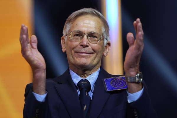 Jim Walton claps at the Walmart shareholders meeting event on June 1, 2018 in Fayetteville, Arkansas.
