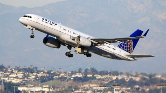 United Airlines Boeing 757-200 taking off at Los Angeles International Airport.