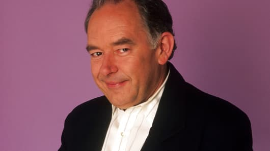 Robin Leach poses for a portrait in February 1991 in Los Angeles, California.