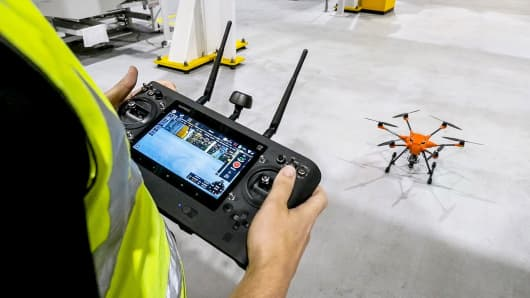 イギリスのロンドンのFord Dagenham工場で無人機を使用している工場労働者。