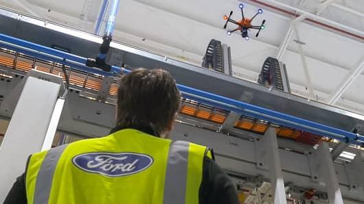 Ford Dagenham工場でガントリーを検査する無人機。