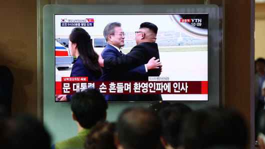 South Koreans watch a television broadcast reporting the South Korean President Moon Jae-in meeting with North Korean Leader Kim Jong Un, at the Seoul railway station on September 18, 2018 in Seoul, South Korea.