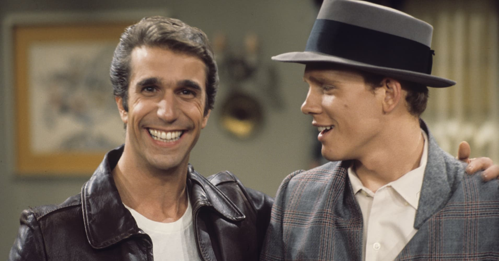 "Henry Winkler (L) Ron Howard (R) during season three of ""Happy Days"" in 1975."