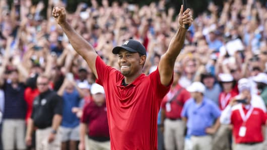 Tiger Woods celebrates his two stroke victory on the 18th hole green during the final round of the TOUR Championship, the final event of the FedExCup Playoffs, at East Lake Golf Club on September 23, 2018 in Atlanta, Georgia.