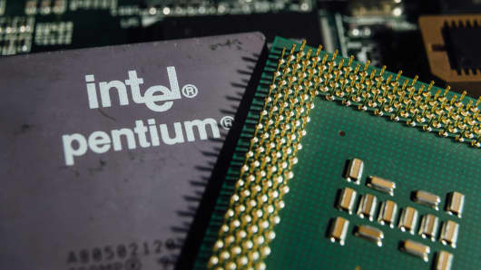 Intel Pentium CPU photographed after Intel revealed information about major flow in the chipsets.