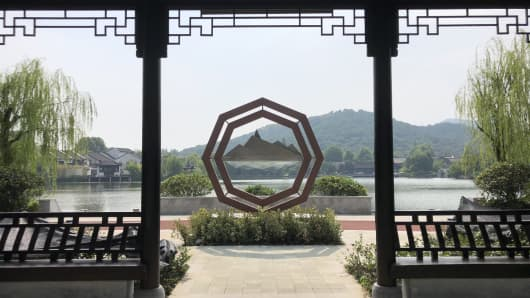 The second development area of the Yuhuang Shannan fund town surrounds a lake. Its name literally means South Jade Emperor Mountain.