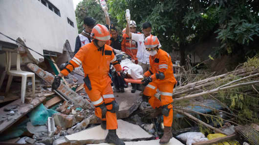 Indonesia scrambles to help quake-hit island as death toll tops 800