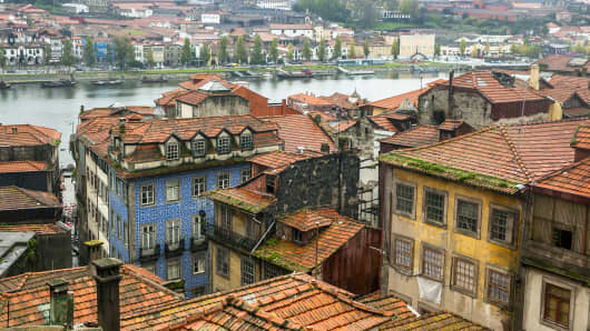 Behind the rejuvenated and busy Cais da Ribeira lies the authentic heart of Porto, a network of narrow, gloomy and worn alleys that accompany the passer-by in a continuous ascent to the summit of Monte de la Se in which stands the majestic silhouette of the fortress cathedral and the episcopal palace.
