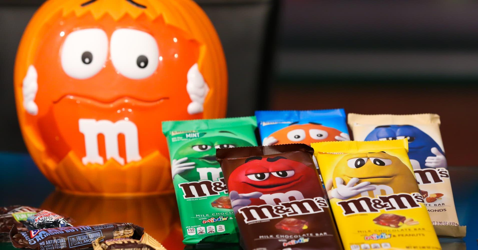 Warren Buffett spun riches out of chocolate. Then he got burned by Kraft Heinz - CNBC thumbnail