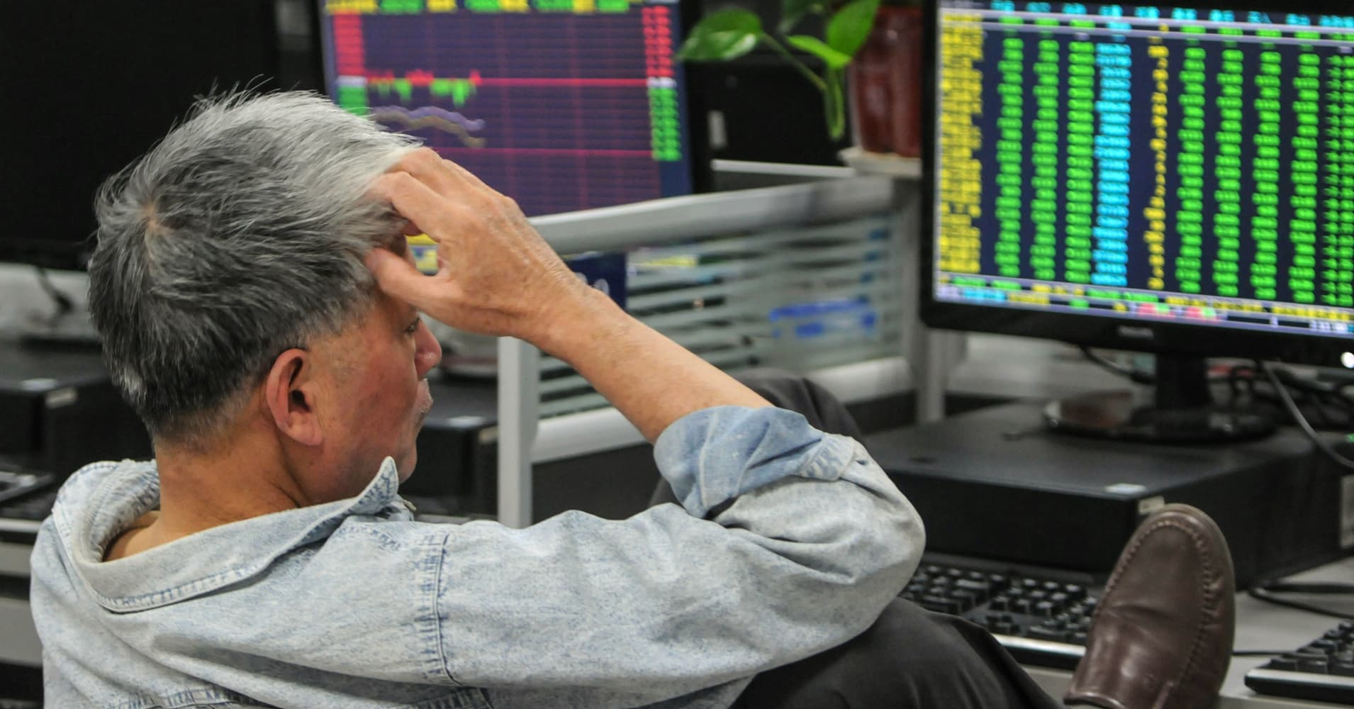 Shanghai stocks plummet more than 4 percent: 'China's trade recession has started to emerge'
