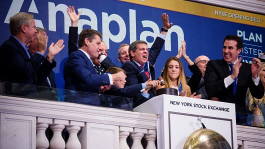 Frank Calderoni, president and chief executive officer of Anaplan Inc., center, rings the opening bell during the company's initial public offering (IPO) on the floor of the New York Stock Exchange (NYSE) in New York, U.S., on Friday, Oct. 12, 2018.